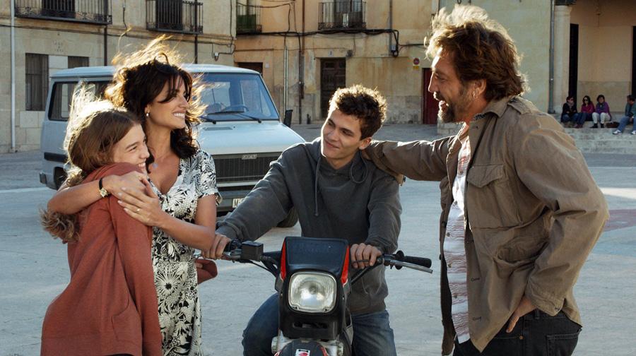Paco und Felipe (Sergio Castellanos) freuen sich über den Besuch von Laura und ihrer 16-jährige Tochter Irene (Carla Campra, l.)