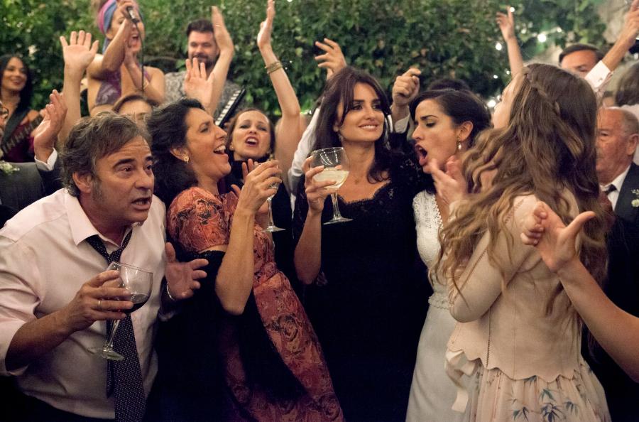 Laura bei der ausgelassenen Hochzeitsfeier ihrer Schwester Ana